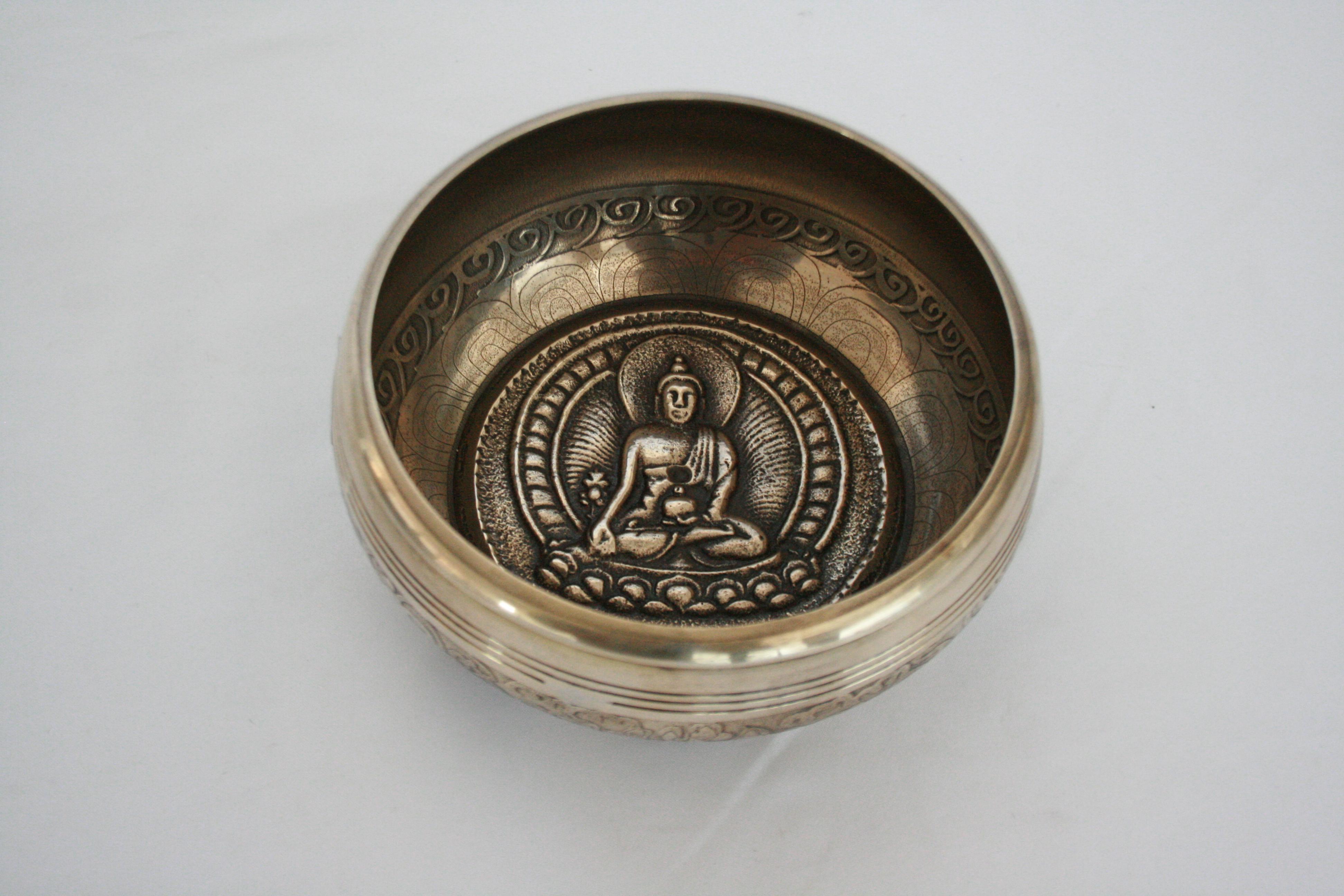 Singing bowl with etching